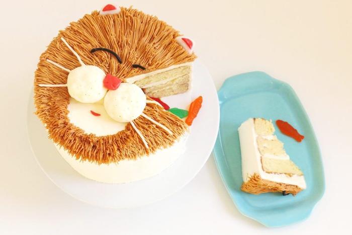 idée originale pour un gateau d'anniversaire matou surprise au glaçage chocolat rempli de bonbons gélifiés poissons