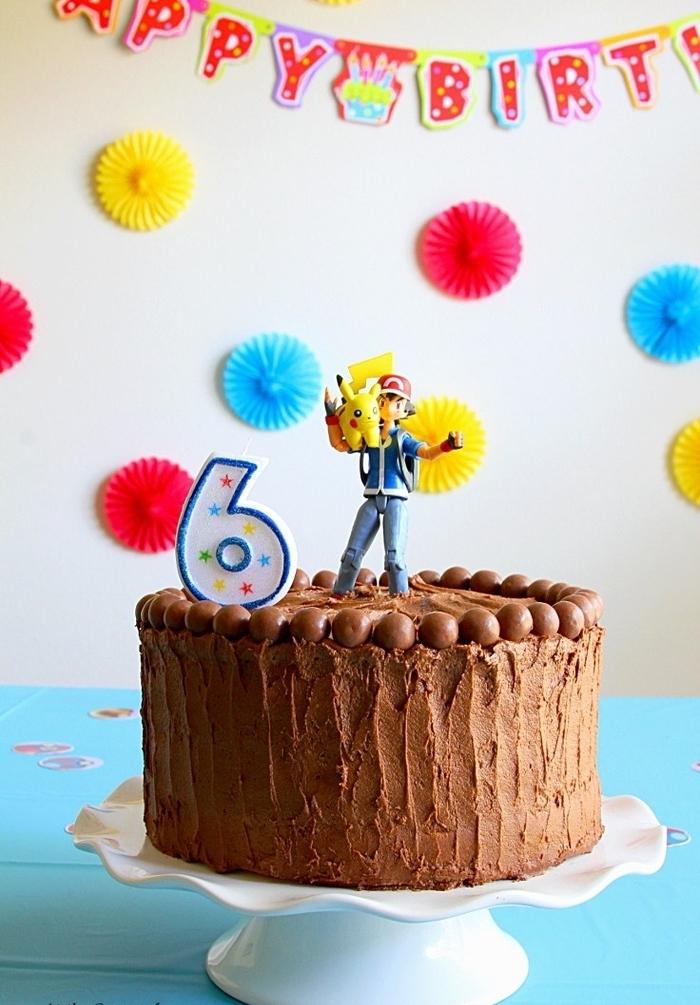 recette de gateau anniversaire facile au glaçage de chocolat décoré d une figurine pokémon pour un anniversaire à thème qui va plaire aux petits et aux grands