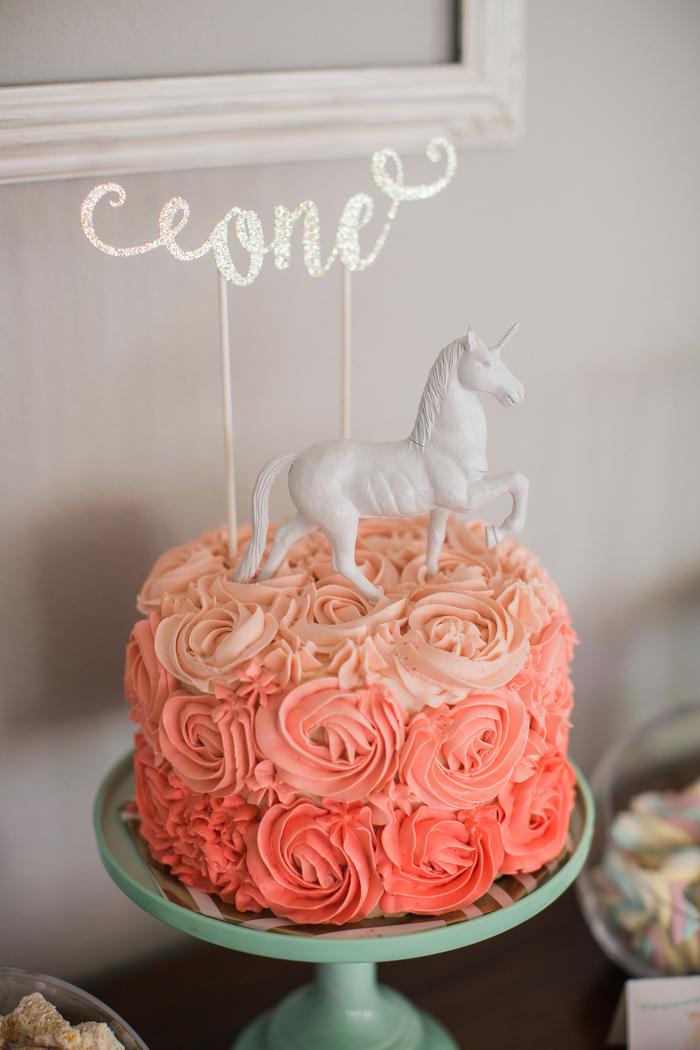 joli gateau licorne au glaçage dégradé à roses personnalisé avec un cake-topper féerique et une figurine licorne blanche