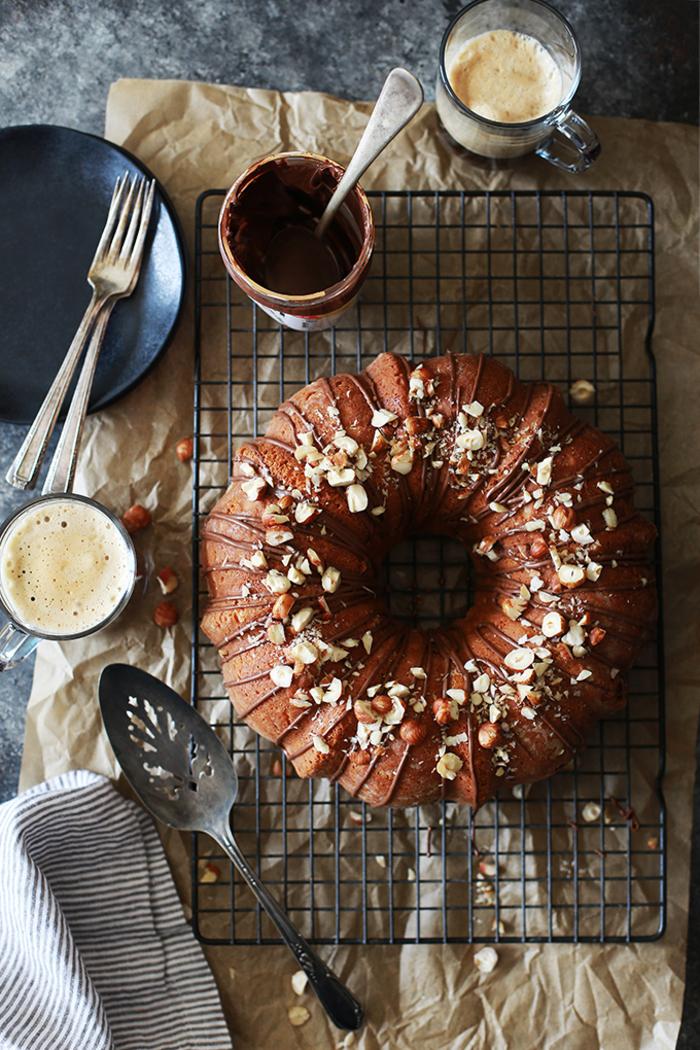 recette de gateau nutella rond parfumé au café avec de la crème aigre et des noisettes