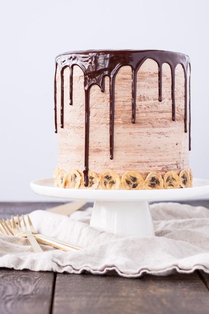 idée pour un gateau nutella facile au chocolat et bananes idéal pour un anniversaire adulte ou enfant, un layer cake meringué aux noisettes et à la crème beurre saveur nutella