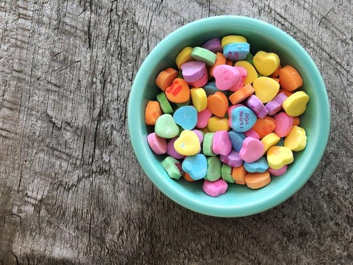 Bonbons colorés à la forme de coeurs valentine fond ecran fille