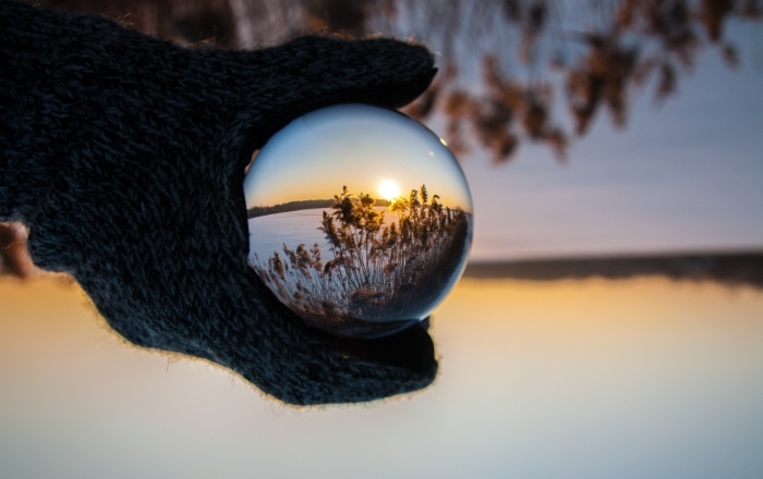 les plus beau fond d écran, image digitale avec goutte d'eau gigantesque qui reflète un paysage spectaculaire au lever du soleil