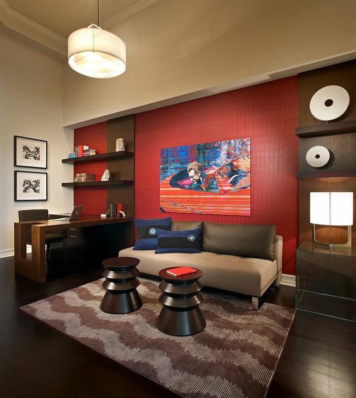 mur couleur marsala, tapis zigzags, tabourets contemporains et sofa beige, bureau et étagères de bois