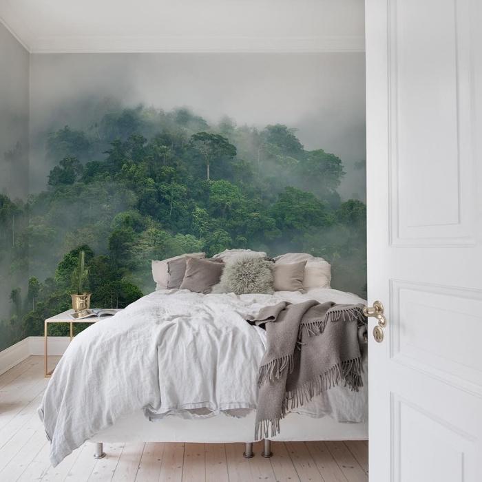 modèle de papier peint trompe l'oeil à design paysage forêt vert sur murs blancs à combiner avec meubles de bois blancs