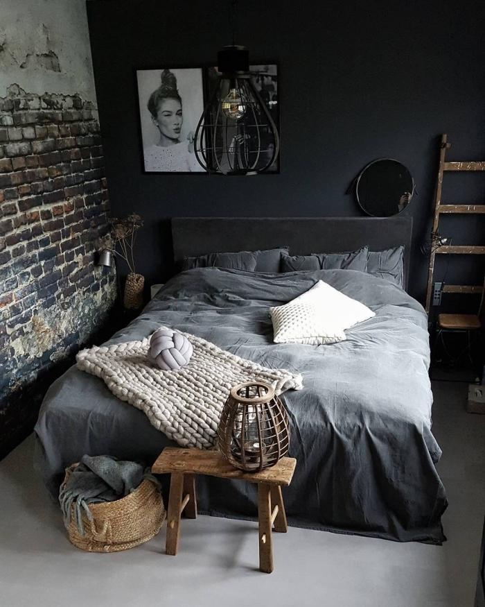 chambre à coucher foncée aux murs peints en gris anthracite mate et déco de pan en papier peint industriel