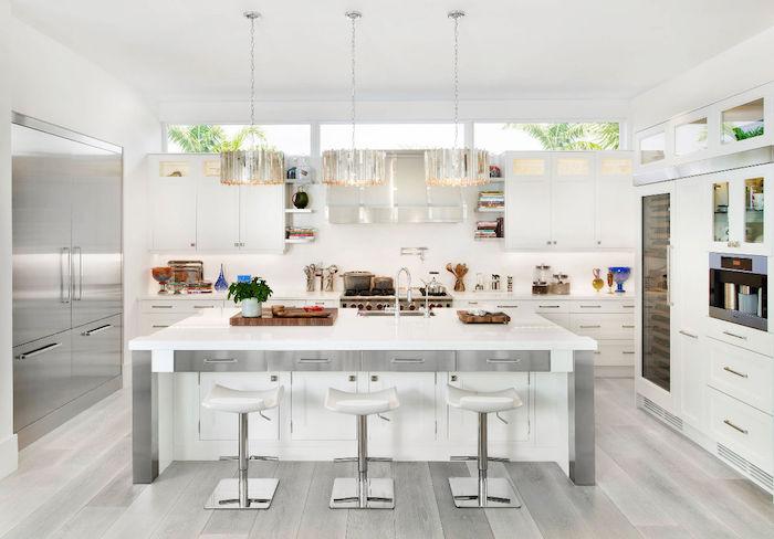 cuisine ouverte et lumineuse blanche avec mobilier en inox gris, exemple idée pour cuisine chic et design