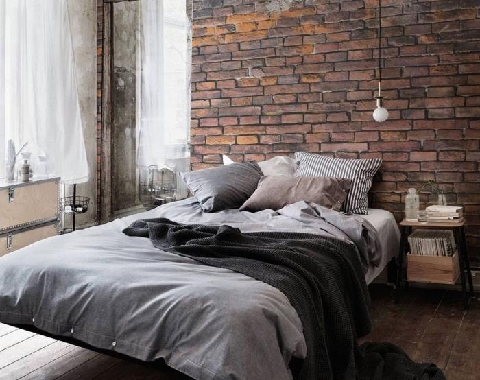 idée comment aménager une chambre à coucher parentale de style industriel avec déco mural en papier peint briques