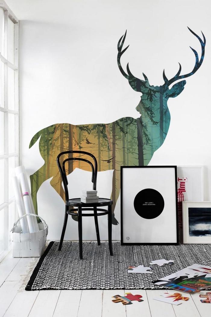 esprit nordique dans la déco de salon blanc avec un mur en papier peint à design animal, meubles noirs et murs blancs