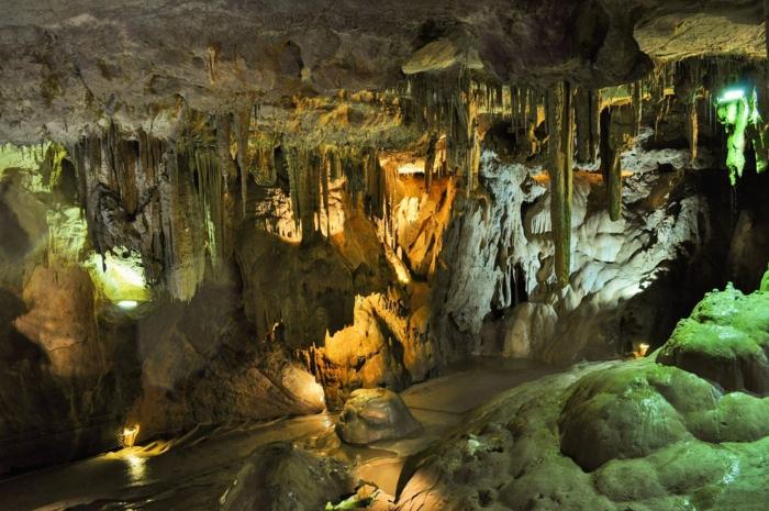beau paysage, paysage de reve, grotte avec des stalagmites pendants, des souterrains de grotte humides, avec des zones verdoyantes