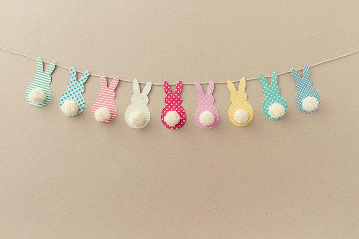 idée de guirlande en silhouettes de lapins de paques colorés avec pompon au lieu de queue, activités manuelles paques faciles