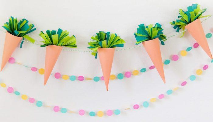 bricolage de paques facile, guirlande en carottes de papier avec des feuilles en feutrine vertes, deco murale