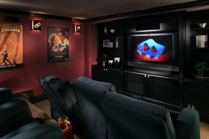 cinéma privé couleur marsala, meuble de tv noir, fauteuils bleus cosy, posters muraux