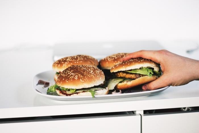 recette rapide pour le soir, préparer des burgers faciles au viande grillé et légumes frais avec salade verte