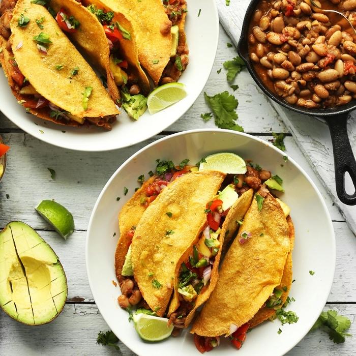 recette facile et pas cher pour un repas entre amis, enchilladas au poulet et légumes grillés avec garniture des haricots blancs