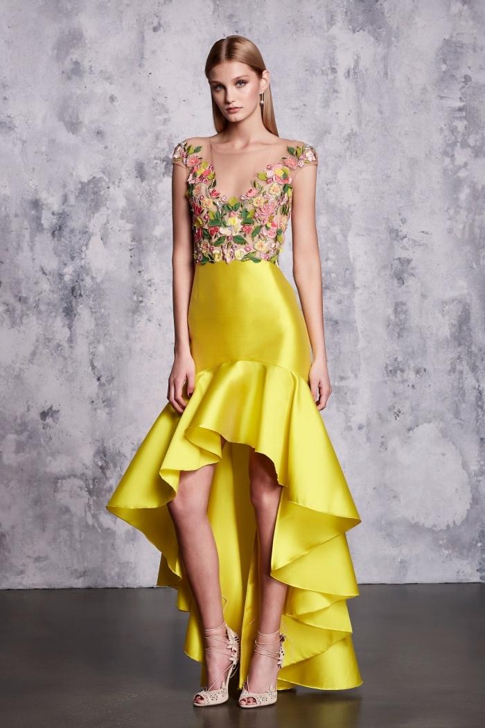 modèle de robe à design asymetrique avec jupe à volants jaune et haut avec manches courtes et broderie florale
