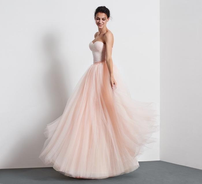 exemple de robe de cocktail en rose pastel avec bustier en forme de coeur et jupe en tulle et volants avec collier en cristaux