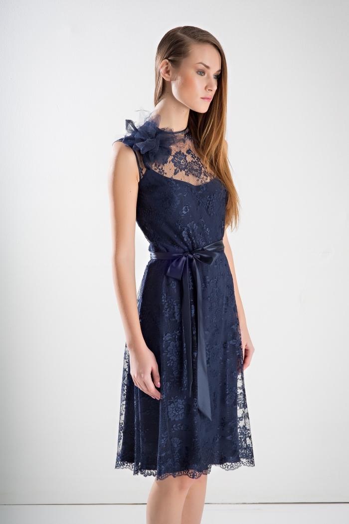 idée robe de cocktail pour mariage chic à design mi long avec haut en bustier transparent et ceinture bleu foncé
