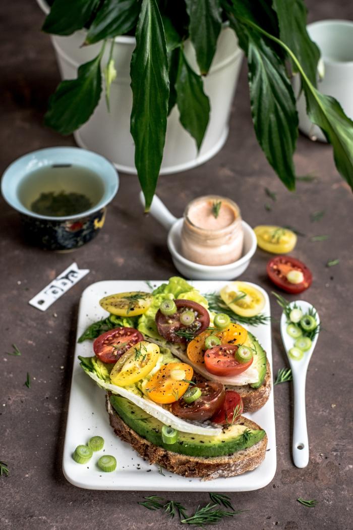 recette légère pour le soir, recette de sandwichs aux avocats et poivrons frais ou grillés avec jus de citron vert