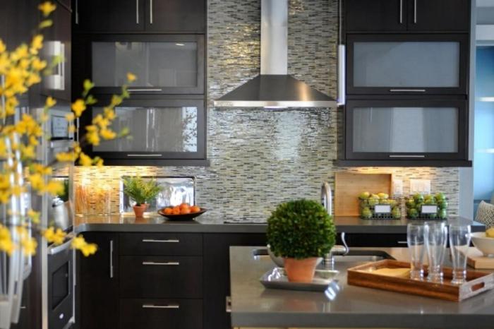 crédence mosaique de cuisine, placards noirs, ilot gris, décoration plantes vertes