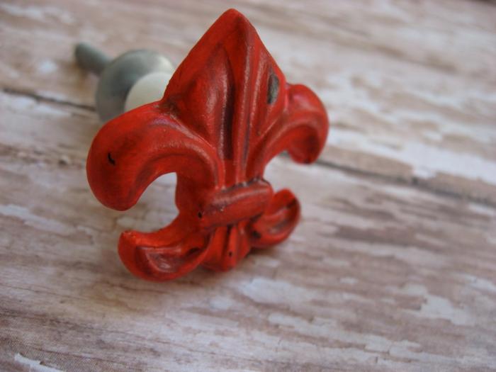 anse de tiroir peinte rouge, repeindre un meuble en bois avec des couleurs vives