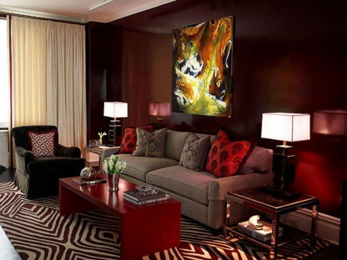 prints animaux au tapis, bordeau couleur our le séjour, table basse rouge, lampe de table, tableau avec peinture
