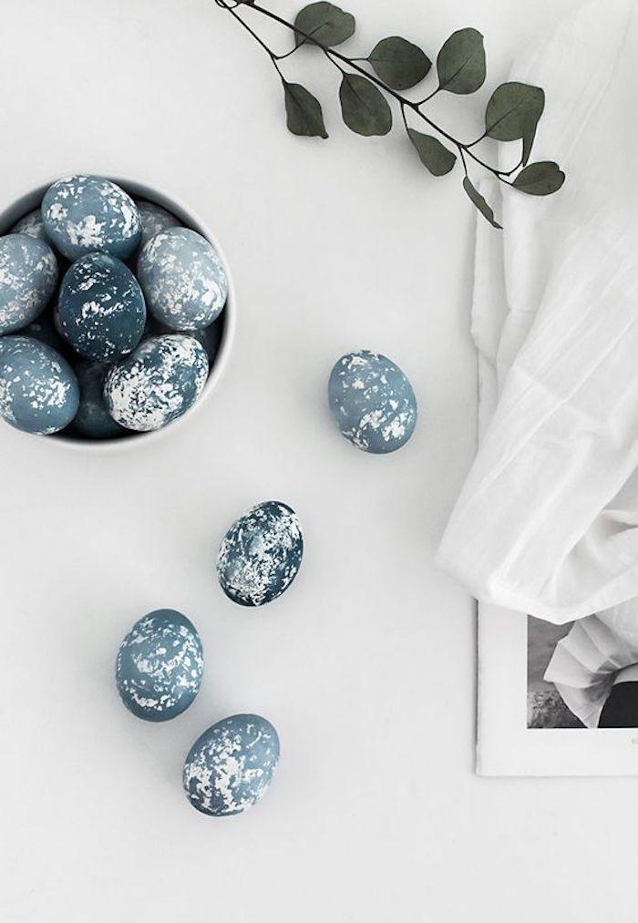 Activité de paques deco de paques idée de décoration d'oeufs bleu comme pierres