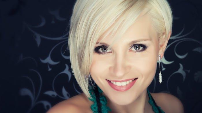 meche sur le coté, coupe de cheveux femme courte originale, coloration blond polaire