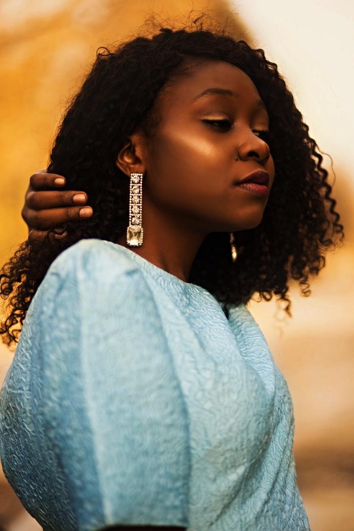 coiffure cheveux frisés mi-longs avec raie sur le côté, cheveux afro au naturels, idée coiffure pour cheveux naturels