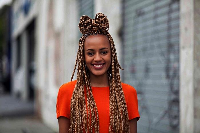 coiffure afro cheveux naturels en tresses africaines, coiffure afro tresses africaines avec rajouts et chignon noeud