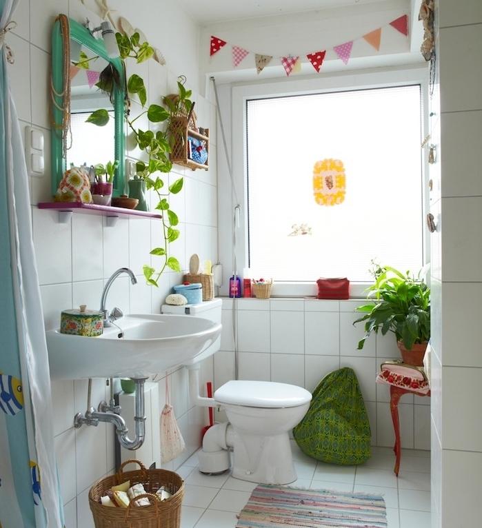 decoration petite salle de bain avec carrelage retro blanc, lavabo et wc blanc, guirlande decorative, plantes et accessoires colorés