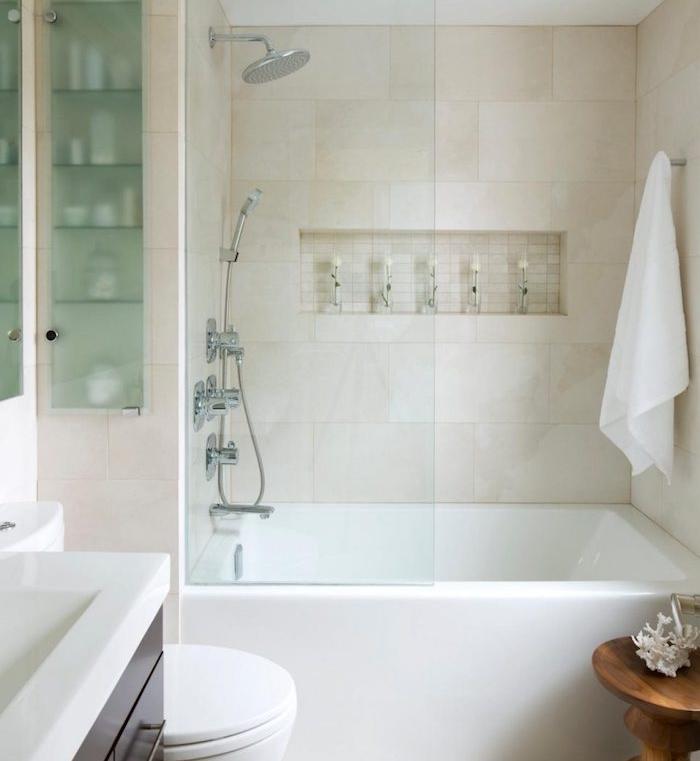 exemple d aménagement petite salle de bain 2m2, baignoire à encastre avec porte coulissante, niche murale, meuble de rangement bois