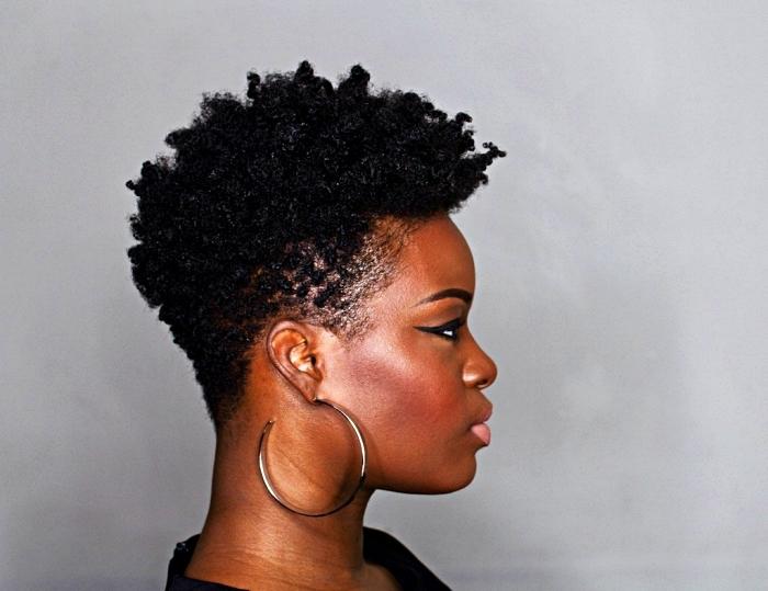 coupe courte afro cheveux plus courts sur le côté, coupe courte dégradée femme, idée de coiffure pour une transition capillaire vers le naturel