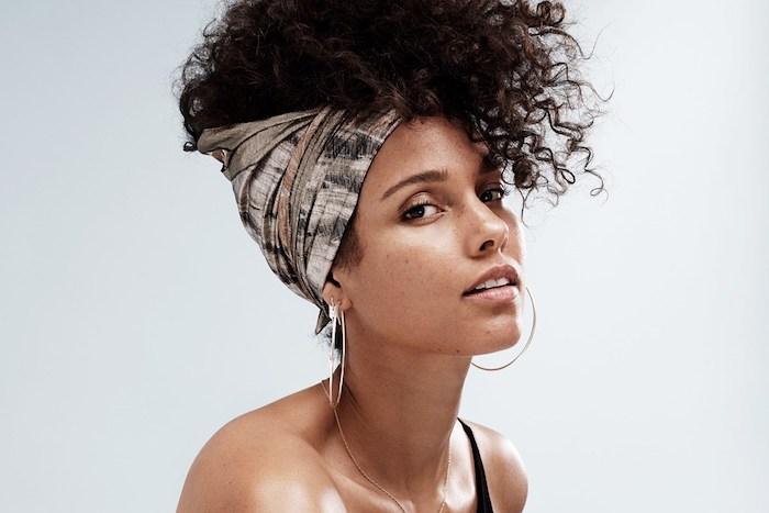 exemple de coiffure avec chale, cheveux frisés en haut de la tête, alicia keys look naturel sans maquillage, coiffure femme afro