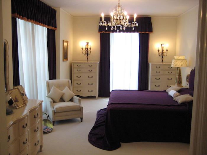 aménagement de chambre adulte classique, mobilier ancien avec commode et lustre en cristal