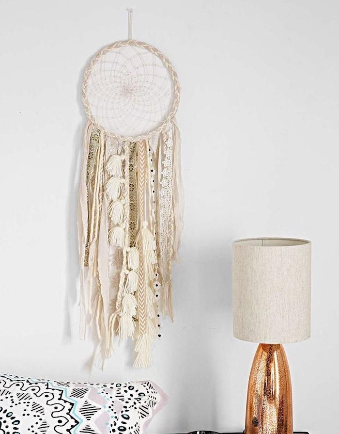 fabriquer un attrape reve pour la décoration murale, cerceau et filet blanc avec deco de bandes de dentelle, laine et pompons à franges blancs