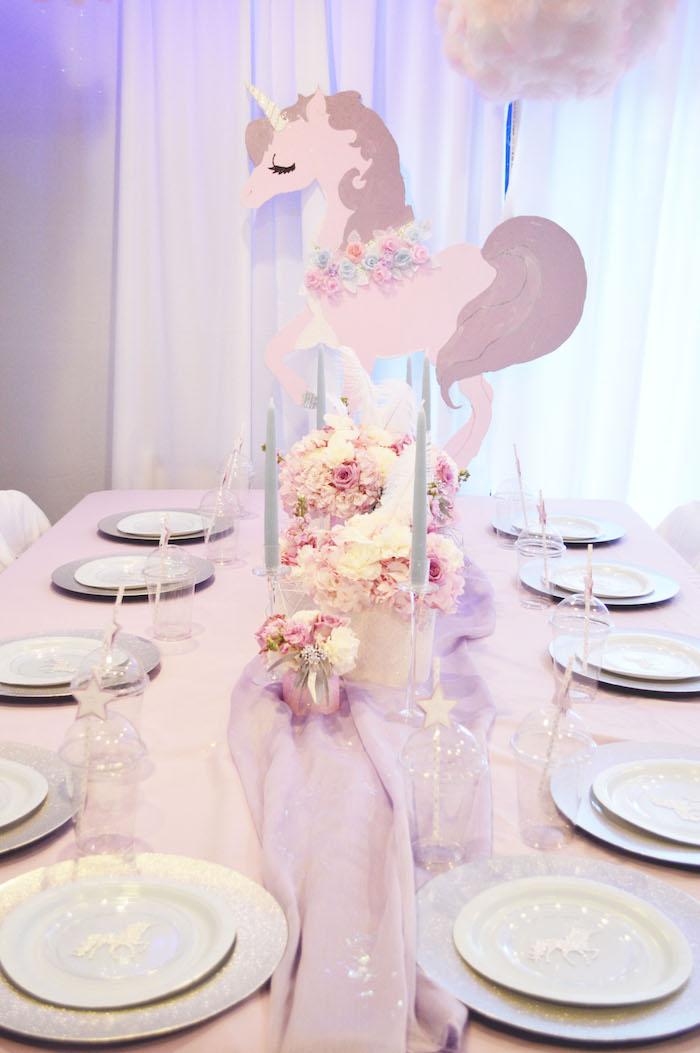 décoration épurée de table d'anniversaire licorne en rose lavandes et en matières légères