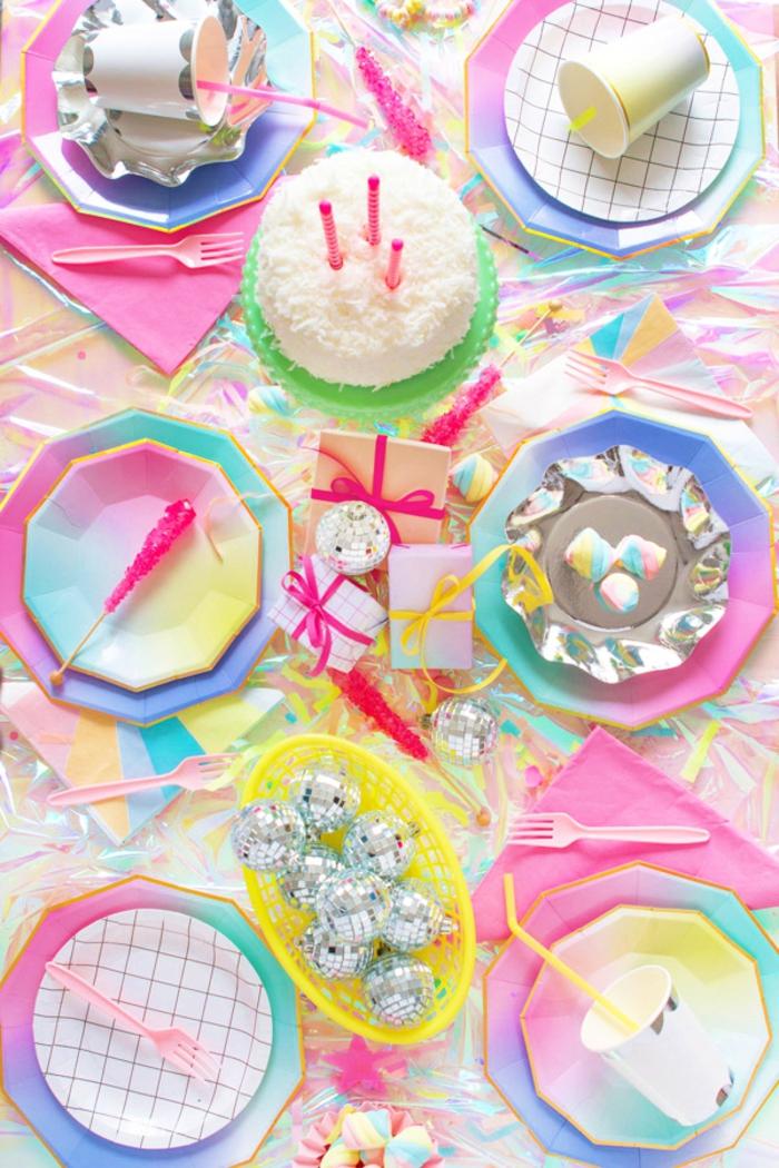 idée pour une décoration de table anniversaire licorne irisée avec des assiettes jetables tendance à motif grille et ombé