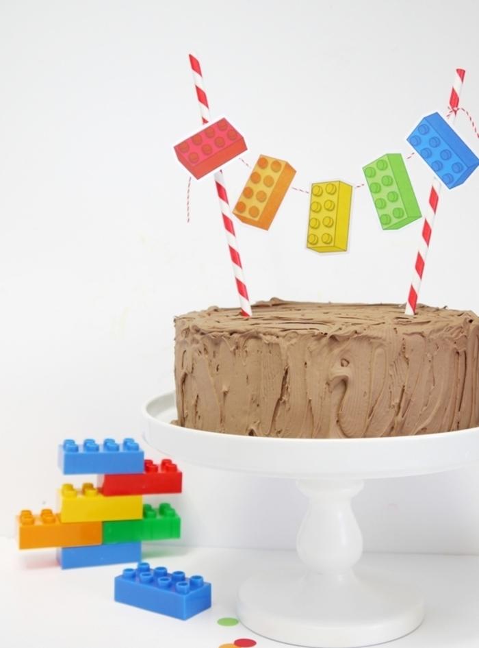 idée pour un gateau anniversaire 2 ans au glaçage de chocolat personnalisé avec un cake-topper au design lego
