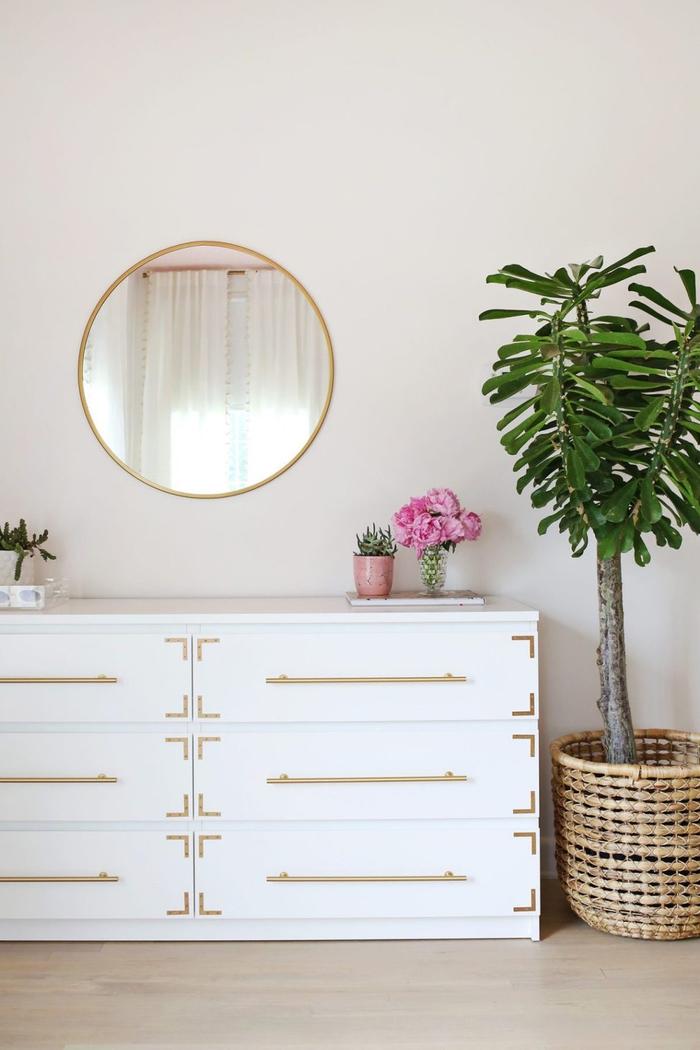 décoration chambre à coucher douce et féminine aux accents dorée, idée pour relooker une simple commode blanche en lui donnant de nouvelles poignées