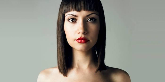 frange courte avec carré long droit, rouge a levres rouge, idée de coupe femme originale cheveux lisses
