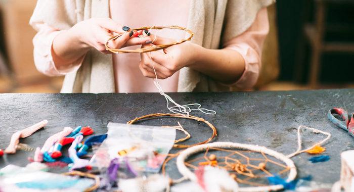 cercle pour attrape reve en bois avec réseaux tissé de fils, activité manuelle adulte facile