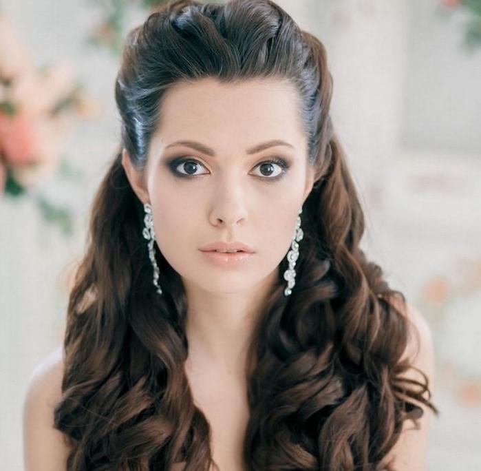 exemple de cheveux long bouclé, coiffure de mariage femme, mèches de devant attachés en arrière en demi queue de cheval et boucles sur les longueurs