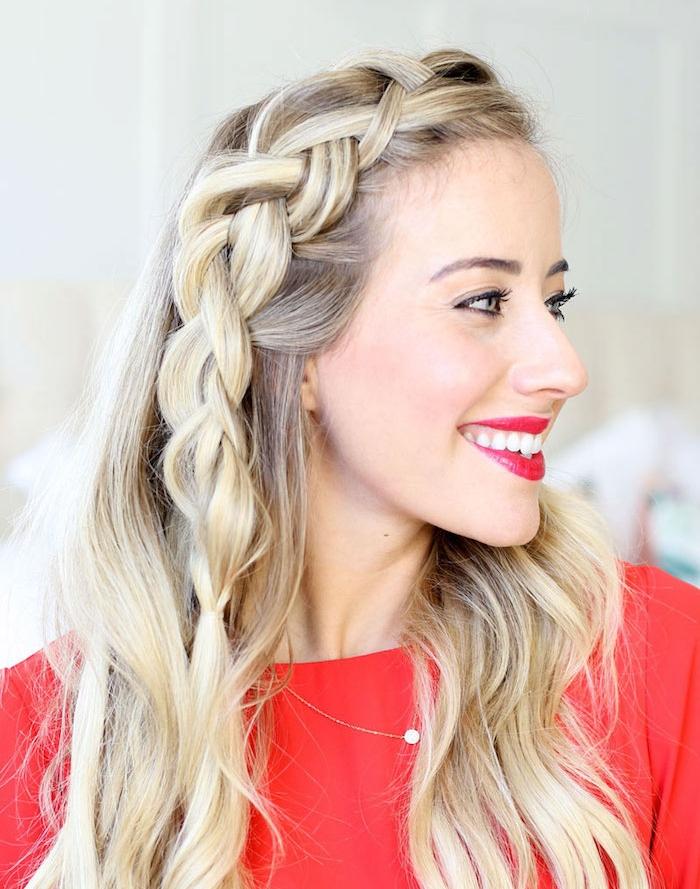 comment faire une tresse sur le coté à combiner avec des cheveux ondulés, femme blonde, pull rouge