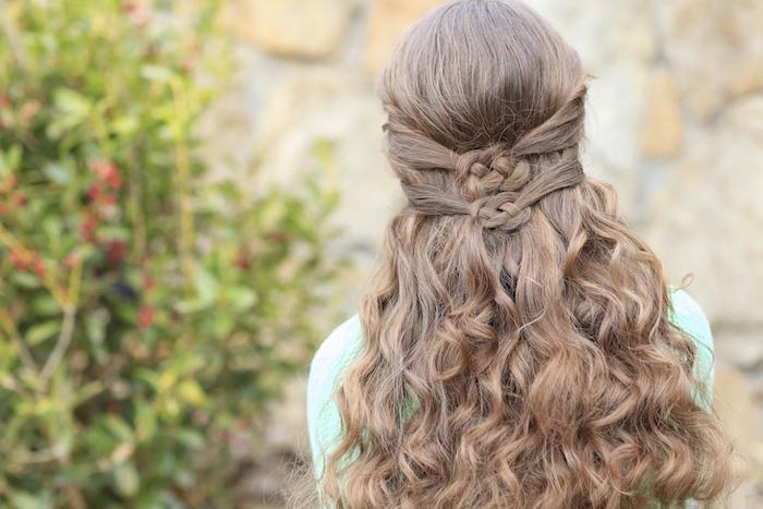 idée de coiffure boucle intéressante sur cheveux long chatain clair, mèches de devant nouées en arrière, pull femme vert clair