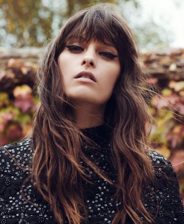 quelle coupe de cheveux choisir, dégradé femme avec frange droite et longue sur le front, robe noire