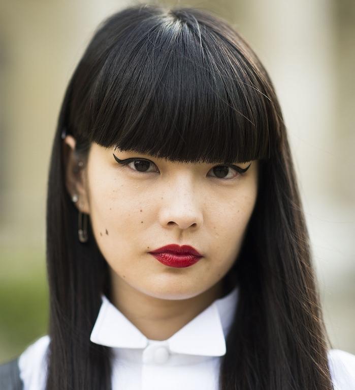 coupe frange longue, cheveux noirs longs, fille asiatique, rouge a levres rouge, chemise femme blanche