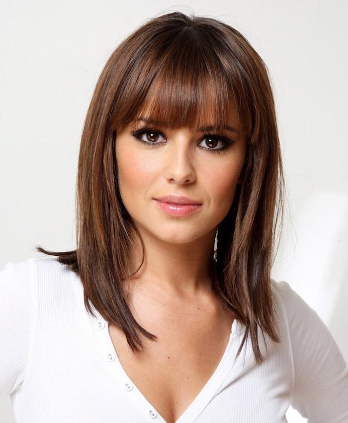 idée de carré frange classique, coupe carre long cheveux chatain, chemise femme blanche, des yeux marron