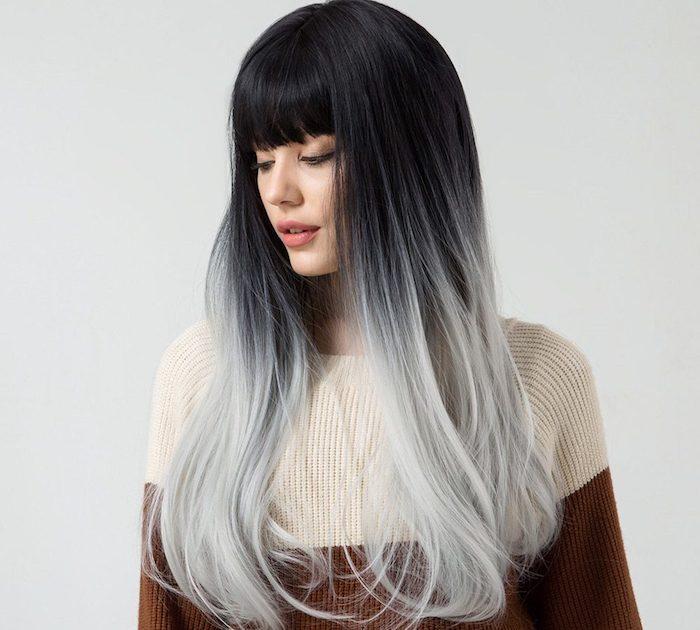frange effilée avec une coupe longue, ombré hair gris, racines noires, pull femme marron beige