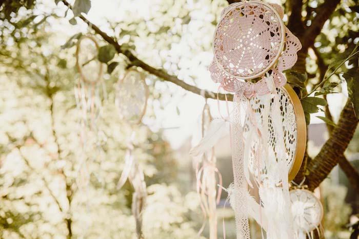 idée de décoration mariage boho choc en attrape reve geant de tambour à broder et des napperons blancs et rose